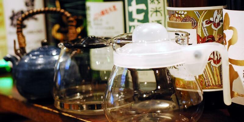 ひれ酒には、専用の器は必ずしも必要ありません。コーヒーのサーバーにヒレを入れ、燗酒を注いでください。お茶のポットや、コーヒーのサーバー、お茶の急須などで代替することができます。ひれ酒のおいしそうな香りが漂ってくるようです。