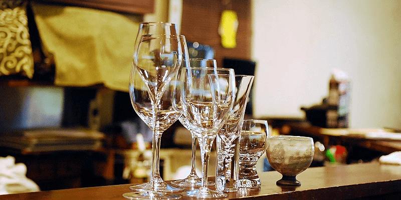様々なグラスが並んだ写真