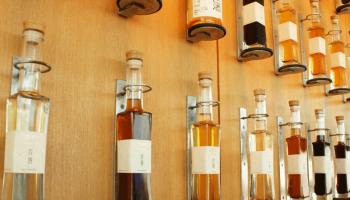 「酒茶論」の壁に並んだ古酒