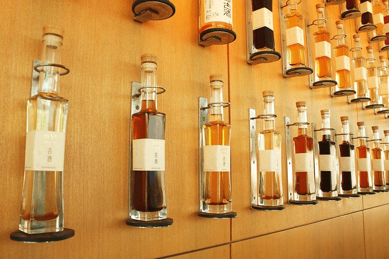 酒茶論の壁にかけられた熟成古酒