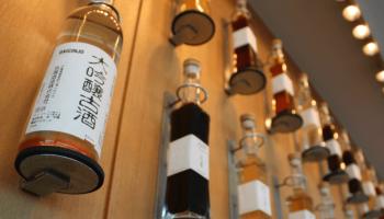 壁に並んでいる古酒