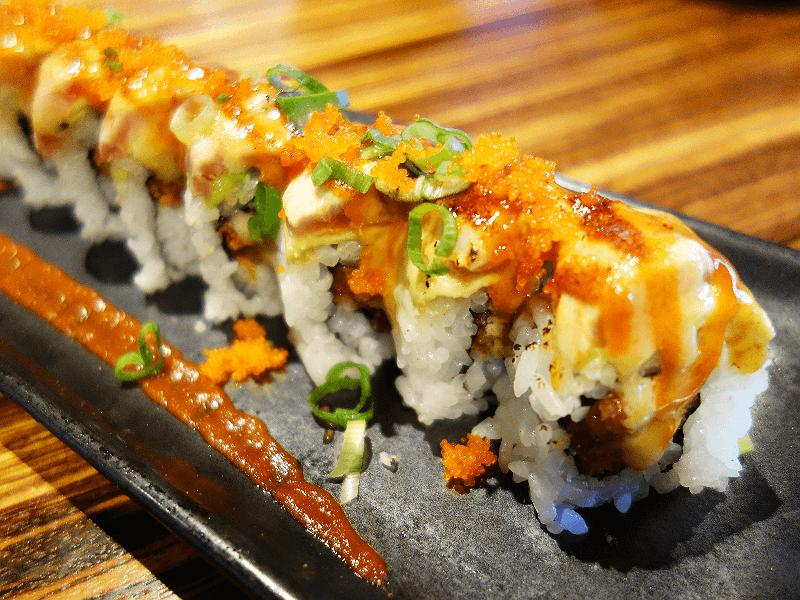 カリフォルニアで人気の日本食レストラン「MIKUNI」で提供されている寿司ロール