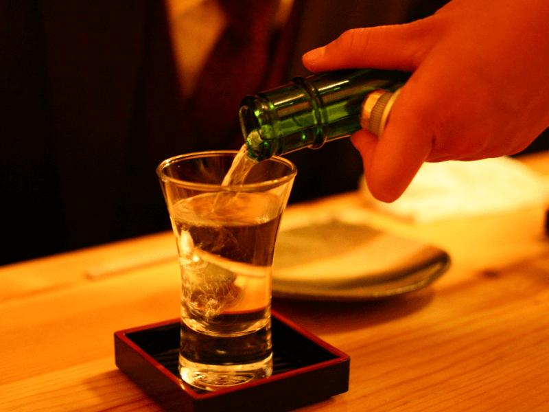 お酒をグラスに注いでいる写真