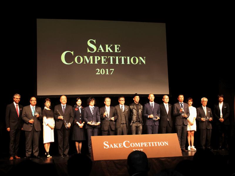 「SAKE COMPETITION 2017」の表彰式で、ステージ上に各蔵元が並んでいる様子