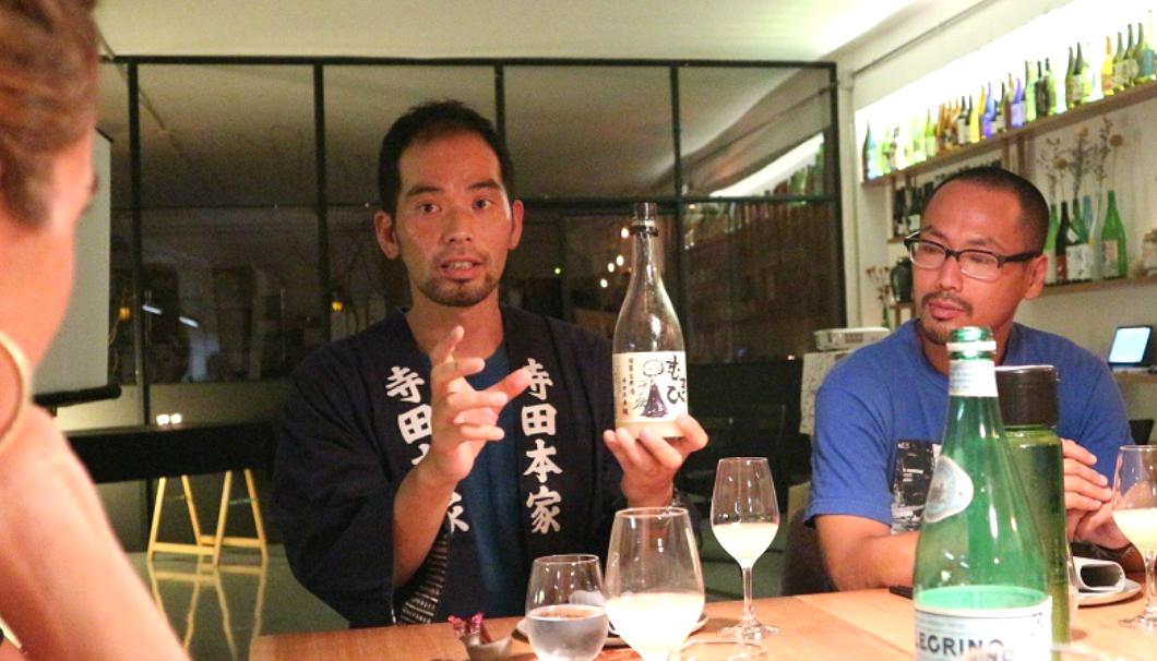 提供されるお酒について丁寧に説明する寺田さん