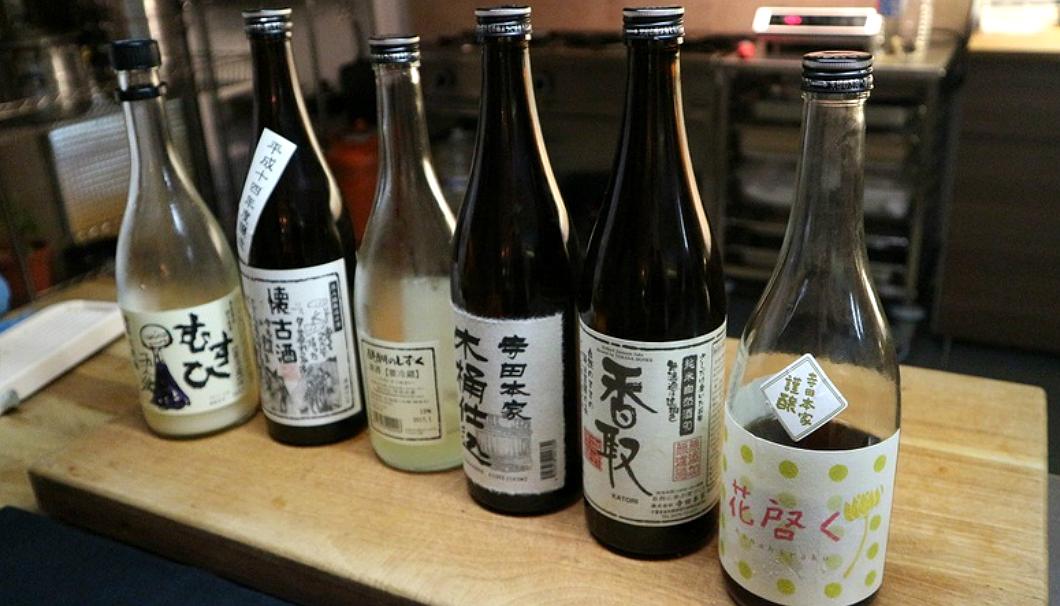 提供されるお酒の瓶が6本並ぶ