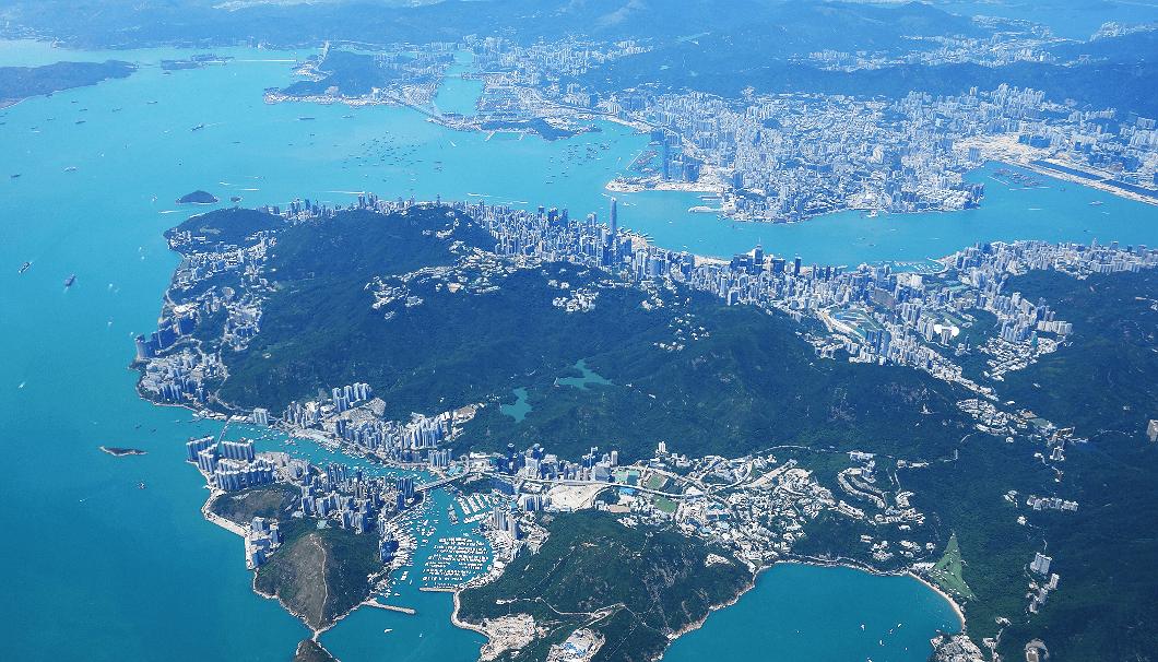 香港を空から眺めると、その中心地には高層ビルが何棟も立ち並ぶのが見える