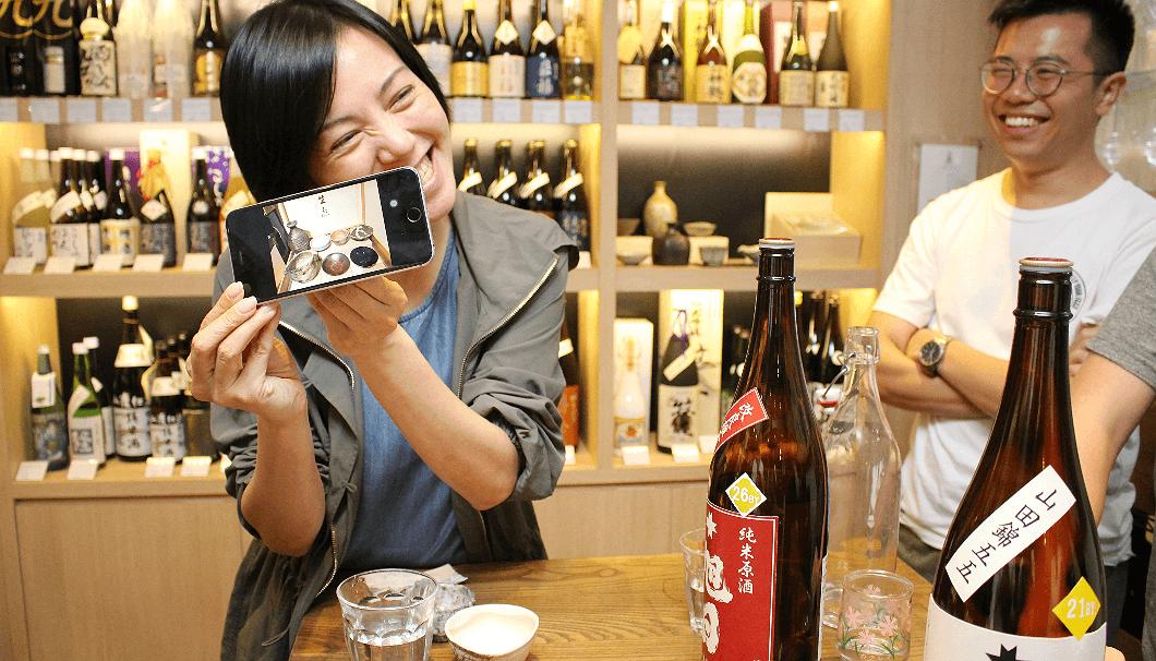 Pillariwineでは角打ちで日本の作家た作った陶器をはじめとした伝統的な器で酒を提供している。お客さんの中には、常にマイ酒器を携帯し、外出先でもその酒器で日本酒を楽しんでいるのだとか。マイ酒器を入れる巾着袋もそれぞれで、とても可愛らしかった。
