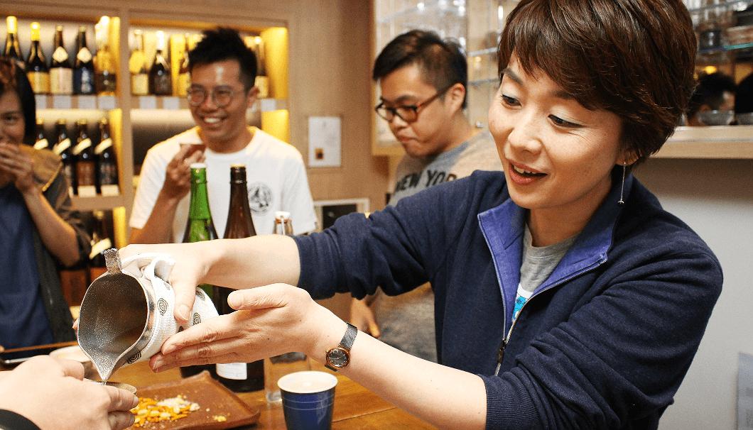 利き酒師の小川さんは、夫の仕事の都合で香港に渡ったとのこと。その後、日本酒に興味を持ち、利き酒師の資格を取得したのだとか。