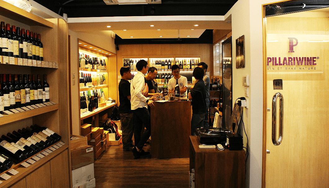 落ち着いた照明と木目調の店内はおしゃれで、棚にならぶ日本酒はどれもお洒落で美味しそうに見えてくるう