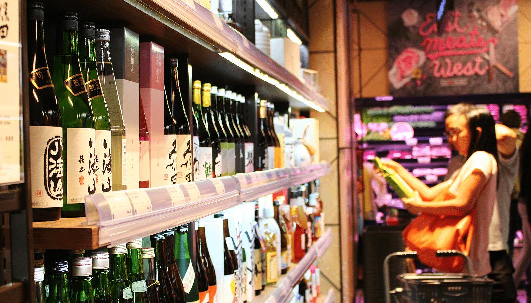ビジネス街にあるIFCモール店には、日本酒は35酒類、焼酎8酒類が並ぶ。