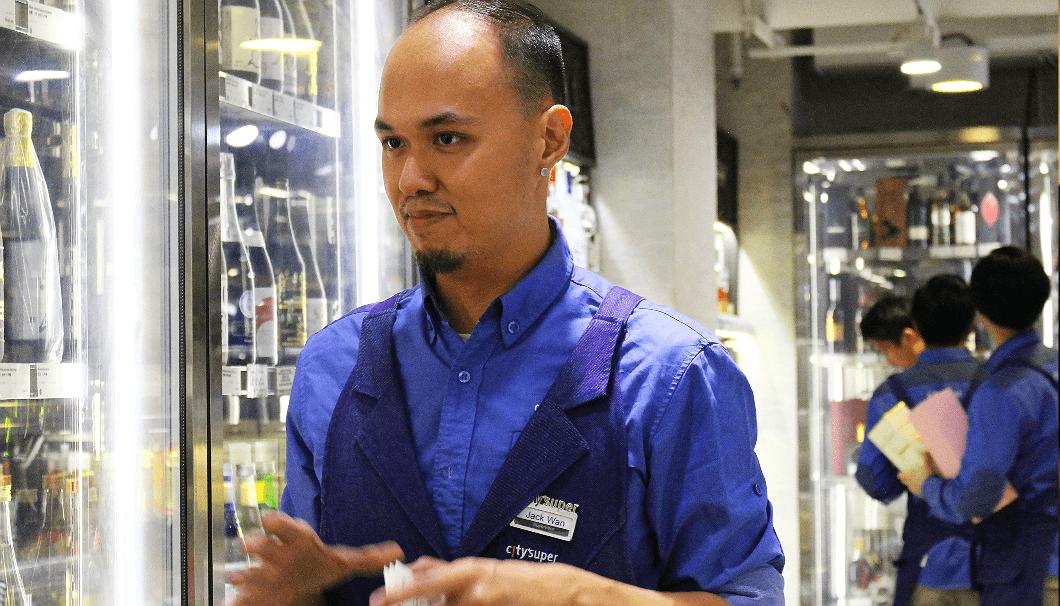 city'superタイムズスクエア店のお酒売り場で10年以上店長として勤務しているジャックさん。英語で、どのような酒がこの店舗で人気かを語ってくれた。