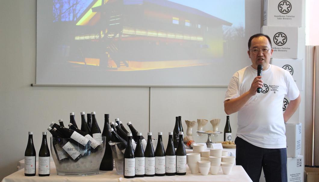 6つの試験醸造酒を紹介する上川大雪酒造の杜氏・ 川端慎治さん