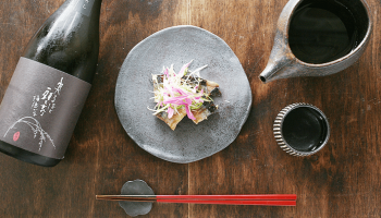 「萬歳 純米酒 六割磨き ひやおろし」と「焼き秋刀魚の薬味のせ」