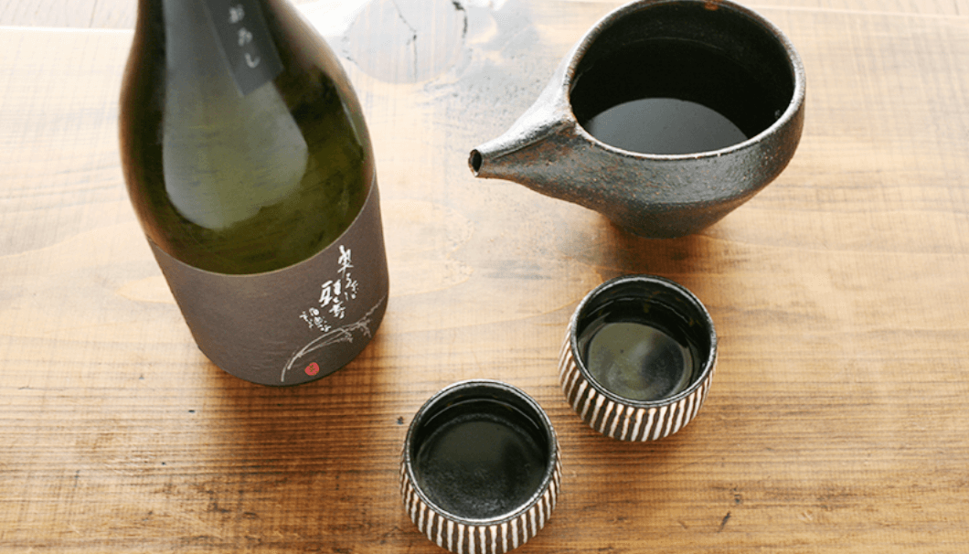 「萬歳 純米酒 六割磨き ひやおろし」と、それが注がれた酒器