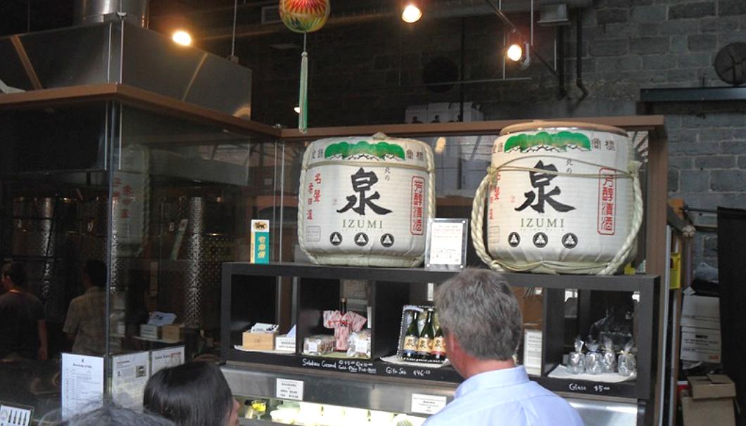 Ontario Spring Water Sake Companyの内観に2つの酒樽が置いてある
