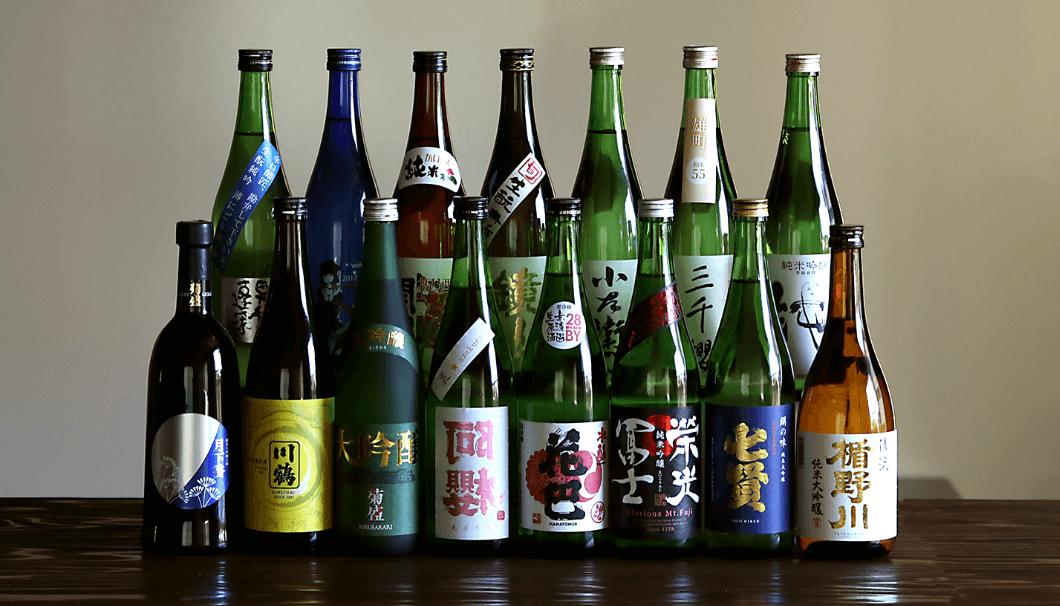 酒+蔵 な嘉屋では厳選された日本酒が並ぶ