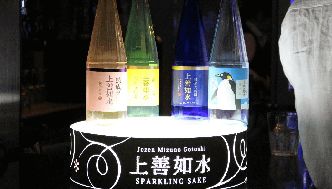 SAKENISTAで会場内に展示された下から光の当てられた上善如水のラインナップの瓶