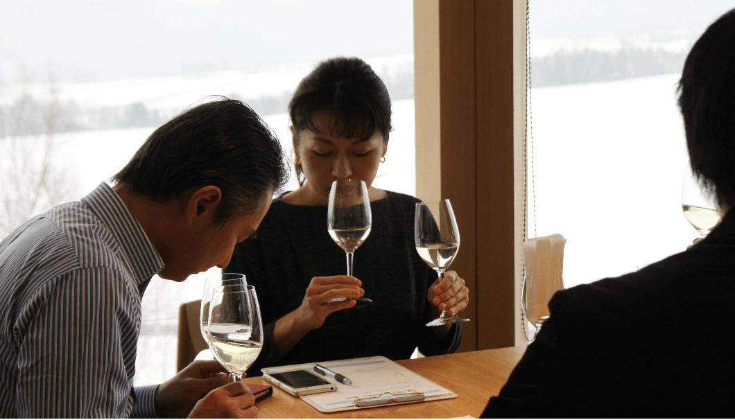 試験醸造酒と新酒を飲み比べる参加者