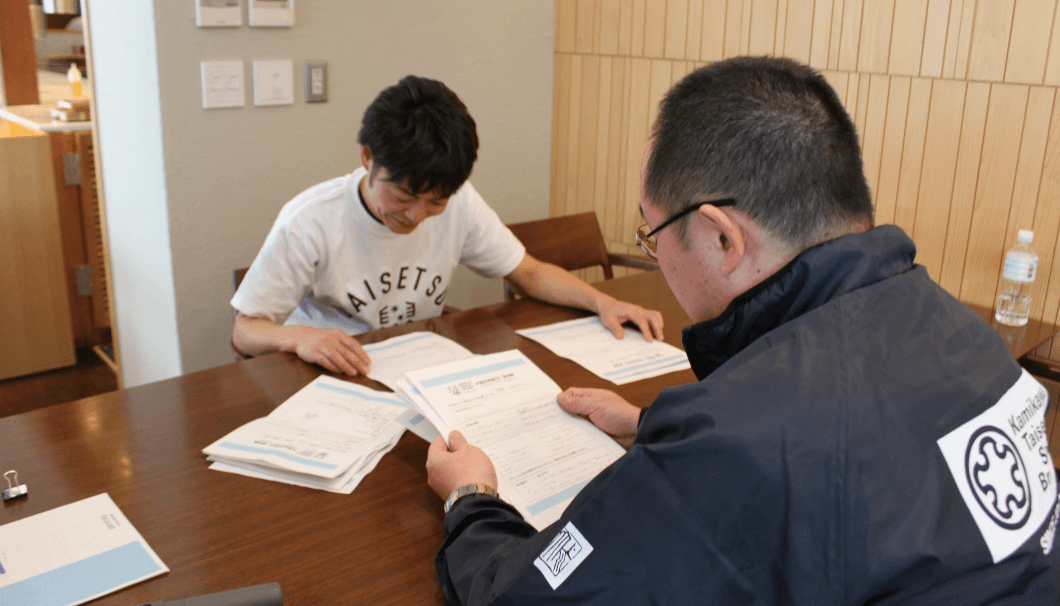 参加者のワークシートに目を通す宮本さんと川端杜氏