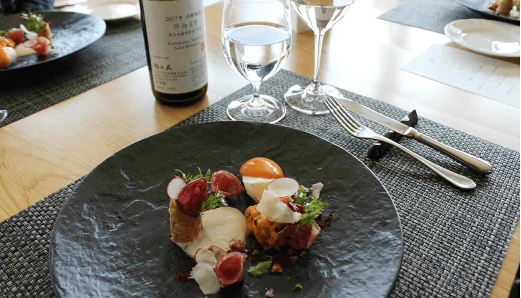 「フラテッロ・ディ・ミクニ」の料理と上川大雪酒造の試験醸造酒(第1号)