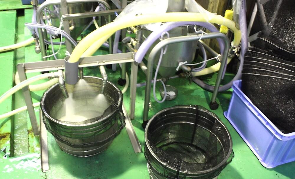雪椿酒造の洗米の様子