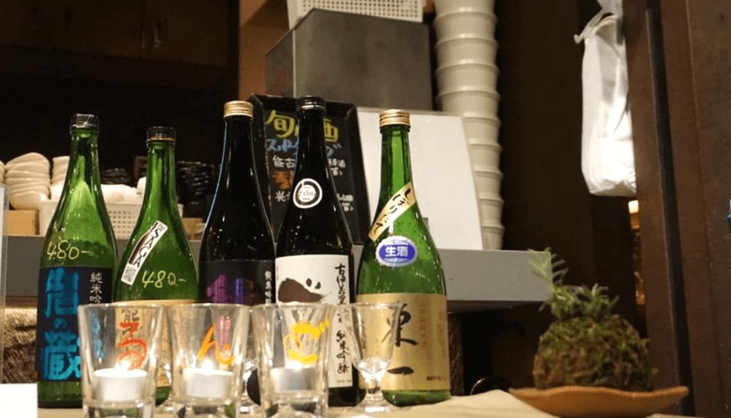 佐賀県の地酒がカウンターに並ぶ