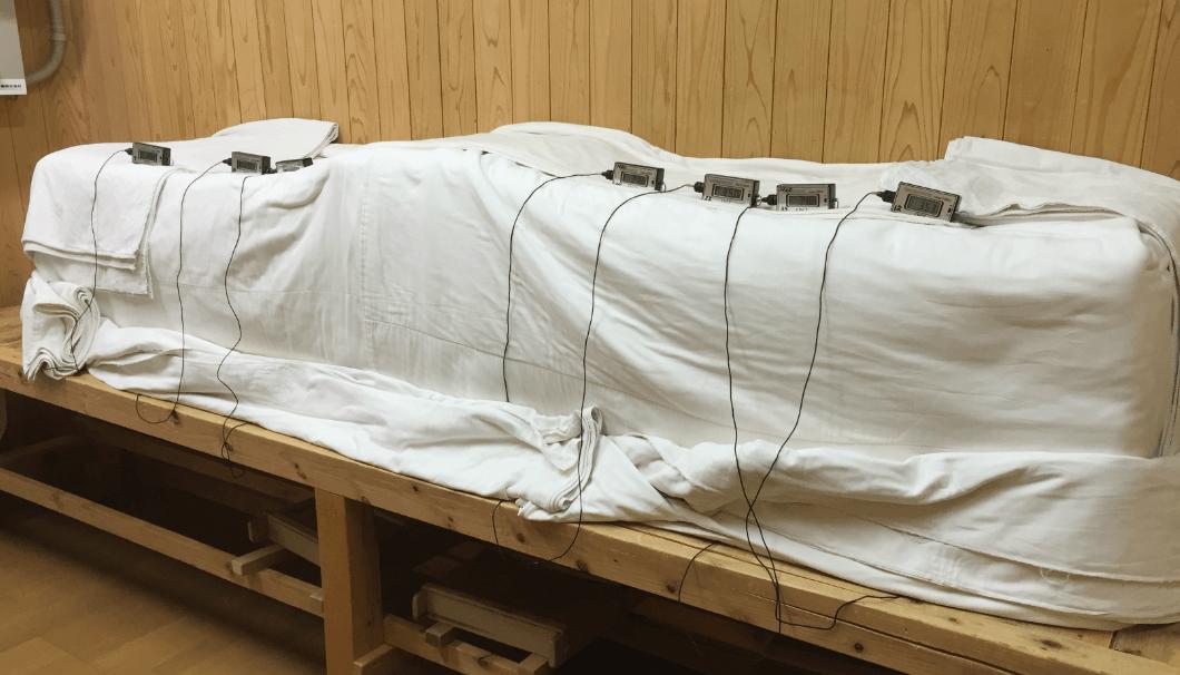 麹室の中で、温度調節のために布が被せられた麹。