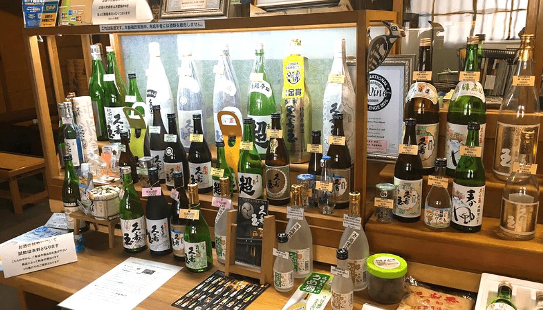 平瀬酒造のなかへ入ると酒瓶が並んでいて、英語の解説が付いている