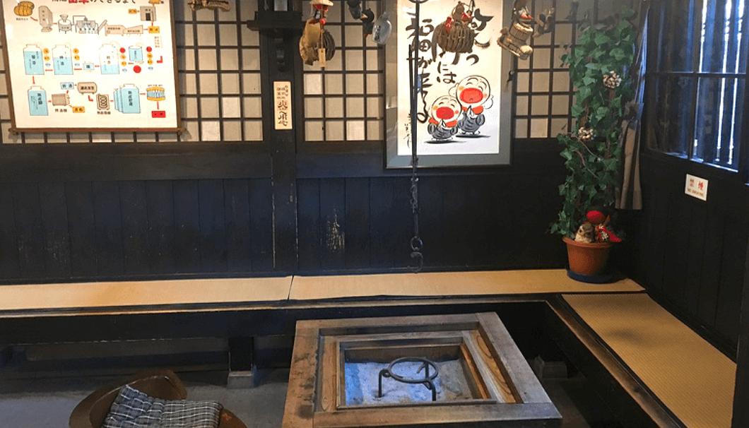 原田酒造場の蔵の中。可愛いさるぼぼと囲炉裏がある。