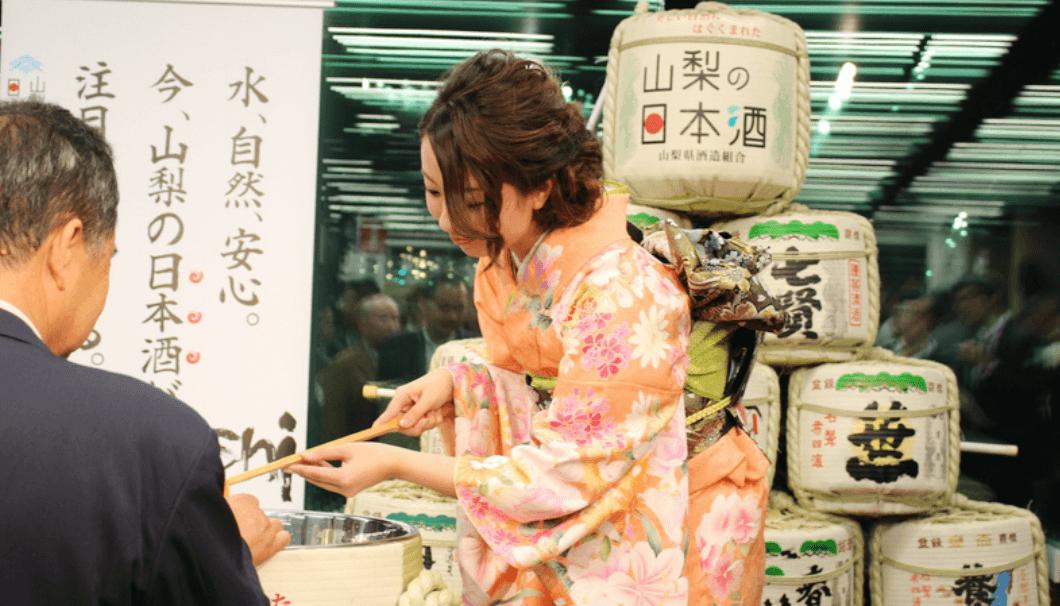 ミス日本酒・山梨代表が参加者にお酌する様子
