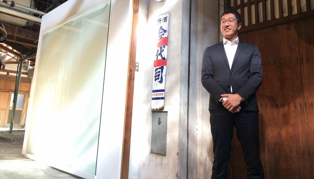 酒蔵の中でポーズをと新潟・今代司酒造の田中洋介社長