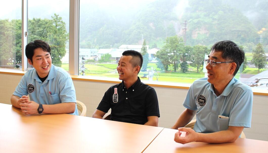 白瀧酒造の高橋晋太郎社長(中央)と、27歳の新杜氏・松本宣機さん(左)と、山口真吾さん(右)