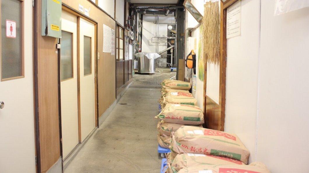 新潟・麒麟山酒造の酒蔵の通路。「新潟米」の米袋が並んでいる