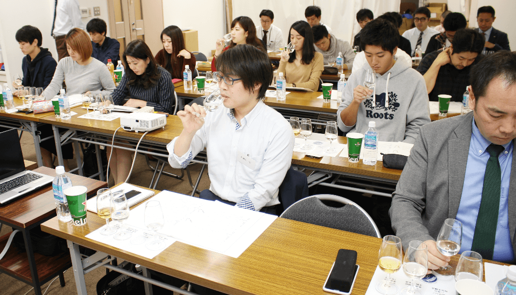 テイスティングに挑戦する「SAKE EXPERT」の受講生たち