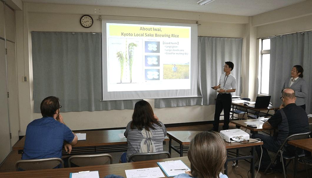 黄桜伏見研究所での蔵見学が終了後、「祝」と「京の輝き」について簡単なレクチャーを受けている。