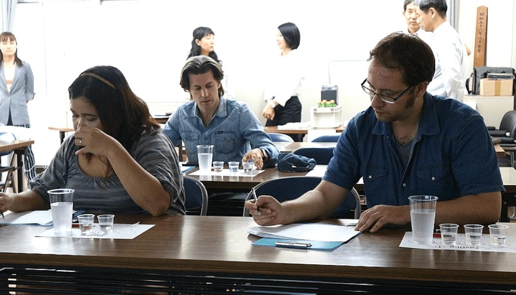 異なる酒米(「祝」「京の輝き」「山田錦」)で造った3種類の黄桜の純米吟醸をテイスティングする外国人たち