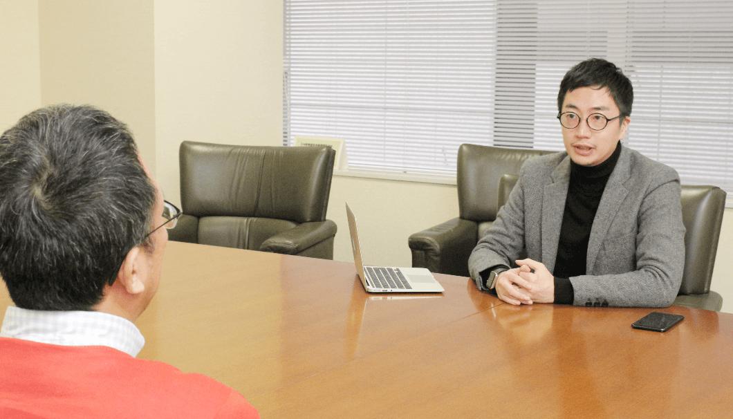 マスター・オブ・ワインである大橋さんにインタビューをする、株式会社Clearの代表・生駒