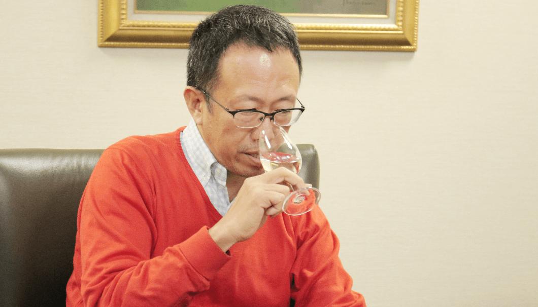 テイスティングをする、マスター・オブ・ワインの大橋さん