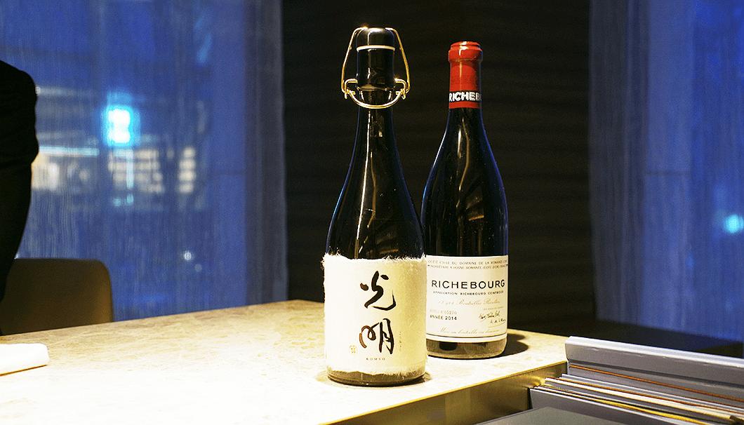 「楯野川 純米大吟醸 光明」とワインボトルの比較