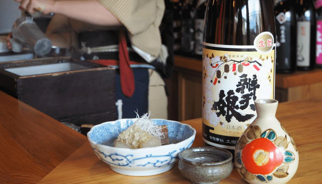 東京・三鷹「ひねもす」で提供される熱燗と料理。「牛たんと大根のおでん」と「弁天娘」