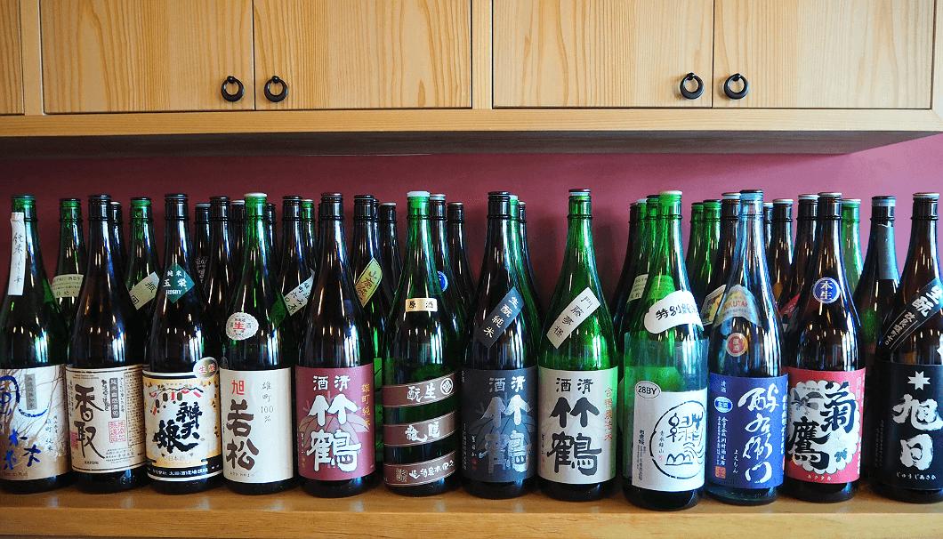 ひねもすでは常時13〜14蔵・80種類以上の日本酒が揃う