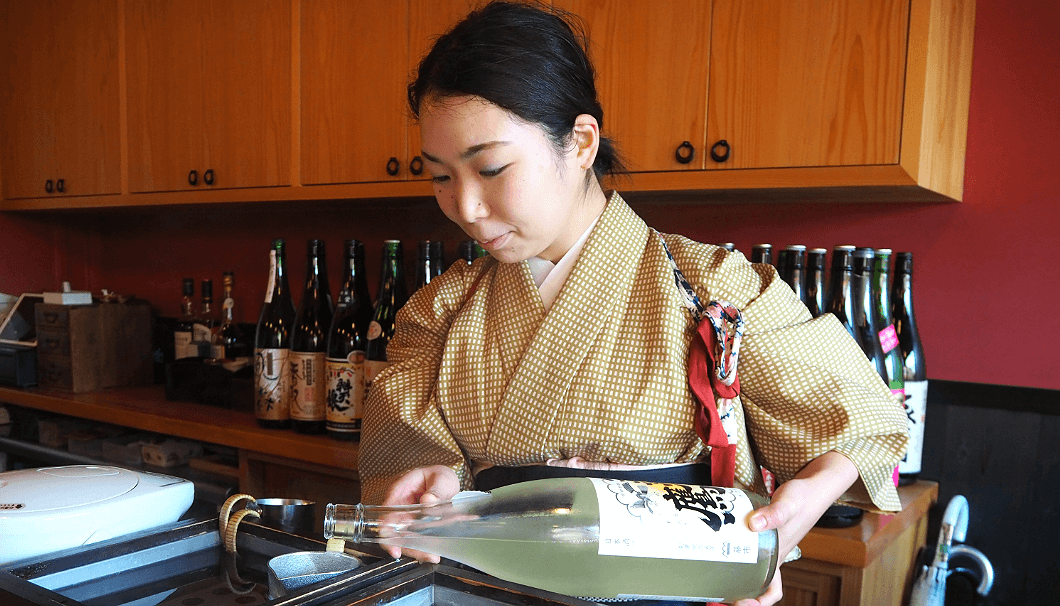女将の明日香さんが料理やその人の好みに合ったおまかせの燗酒も提供してくれる