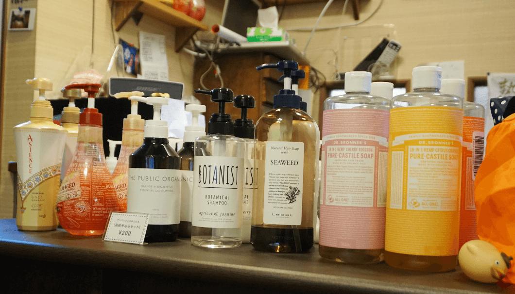 喜楽湯に並ぶ有料のシャンプー