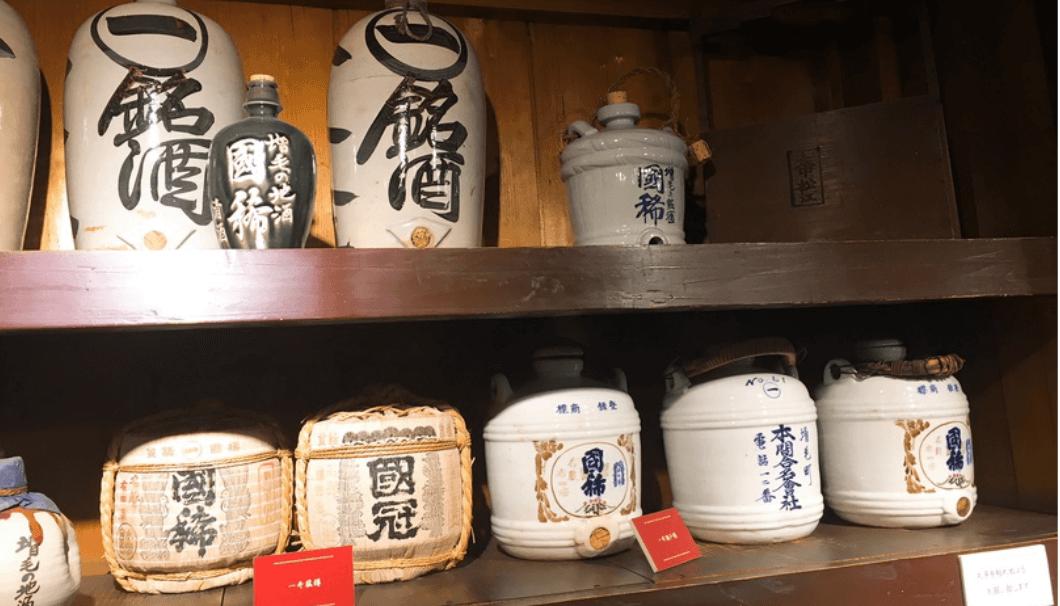 国稀酒造の展示スペースに並ぶ過去に使われていたお酒の器