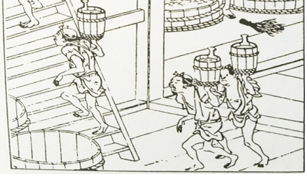 タメ桶を担いで運ぶ蔵人