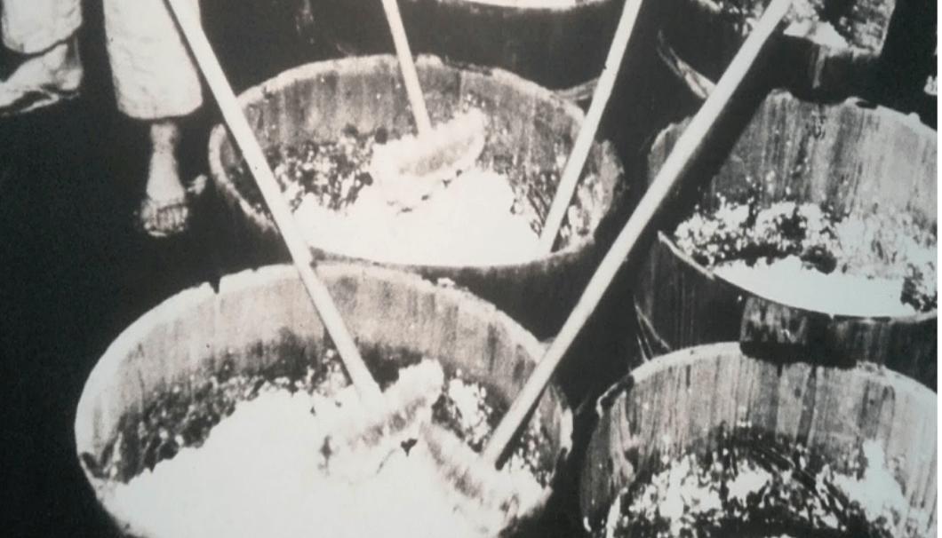 丹波杜氏が酛摺りをするモノクロの写真