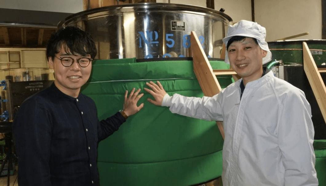 営業部の北山さん(左)と製造責任者の阿部龍弥さん(右)