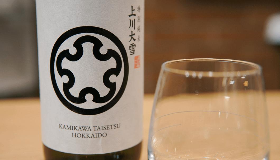 上川大雪 特別純米 彗星生(北海道上川郡上川町/上川大雪酒造 緑久蔵)のボトルとワイングラス