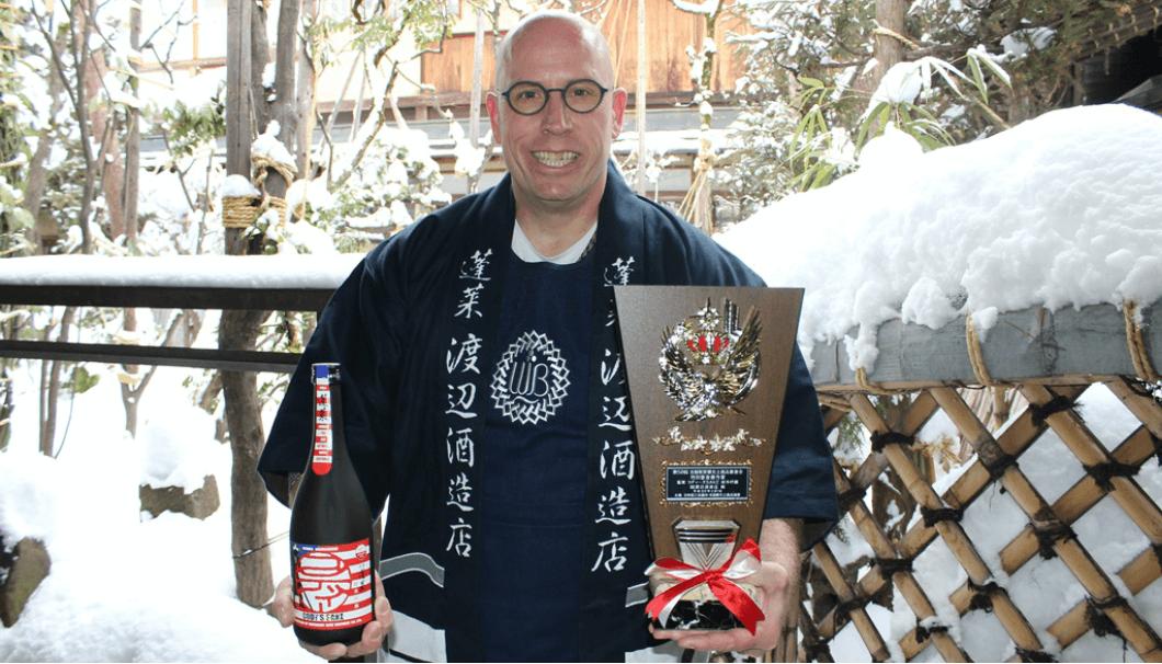 【第58回全国推奨観光土産品審査会 蓬莱蔵元 渡辺酒造店「Cody\'s Sake」日本酒唯一の特別審査優秀賞を受賞!】ボトルと表彰楯を持つcody氏の写真